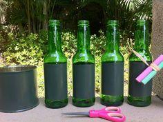 Garrafa com rótulo de lousa: faça em casa com tinta verde ou preta fosca.