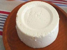 Receita Prepare esse queijo fresquinho usando apenas iogurte, leite e limão. É fácil de fazer e fica delicioso!