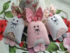 Sewing Easter decorations - make beautiful figures for a feast - Decoration Solutions : beautiful deco ideas easter decorate sewing easter bunnies Rabbit Crafts, Bunny Crafts, Felt Crafts, Easter Crafts, Crafts For Kids, Easter Decor, Hand Sewing Projects, Lavender Bags, Operation Christmas Child
