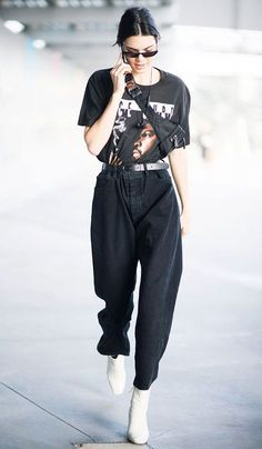 There is perhaps no supermodel more on board with an throwback look than Kendall Jenner. Kendall has certainly been keeping track of the runways, and Italian Street Style, Nyc Street Style, European Street Style, Street Style Outfits, Looks Street Style, Model Street Style, Street Style Summer, Mode Outfits, Looks Style