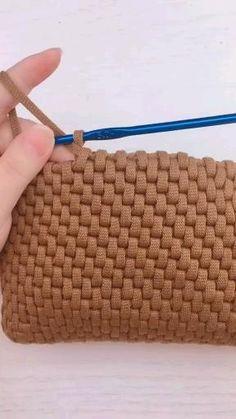 Diy Crochet Bag, Crochet Bag Tutorials, Easy Crochet Stitches, Crochet Basket Pattern, Crochet Boots, Crochet Instructions, Crochet Videos, Crochet Basics, Crochet Top
