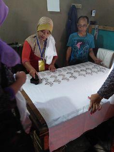 Proses Pengecapan di Pranggok Griya Batik Mas