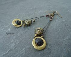 Boucles d'oreille longues bronze et perle en lave noire : Boucles d'oreille par bijoufous