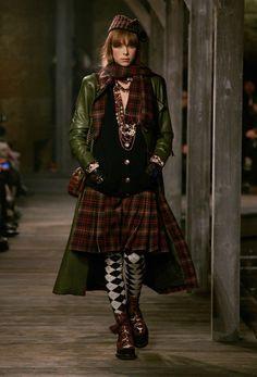 Tartan motifs in Chanel Pre-Fall, Fashion Week, Look Fashion, Runway Fashion, Winter Fashion, Fashion Show, Womens Fashion, Fashion Design, Review Fashion, High Fashion