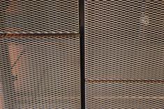Detalle de los paneles de metal expandido RAU utilizados como plafón. Una excelente alternativa al metal microperforado.