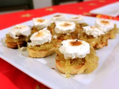 Canapés de cebolla caramelizada y queso de cabra New Years Dinner, Good Food, Yummy Food, Party Finger Foods, Canapes, Restaurant Recipes, Empanadas, Tostadas, Bon Appetit