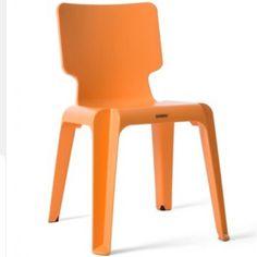 La chaise Wait est un incontournable du design, réalisée par le designer Matthew Hilton en polypropylène moulé.  De forme classique la chaise Wait est légère, solide et empilable, elle se déplace partout en un clin d'oeil.    Disponible dans plusieurs coloris elle s'associe avec n'importe quel type de table.