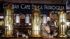 Gran Café de la Parroquia – Veracruz  De las cafeterías más antiguas en México, el Gran Café de la Parroquia es una puerta hacia el pasado para disfrutar del presente. Uno de los sellos característicos de esta cafetería es su tradicional café lechero. El mesero trae un vaso con una infusión de café y al chochar una cuchara con el vaso, se acerca una persona con una tetera de leche para agregar al gusto del cliente