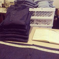 """Novos lotes de camisas jeans chegaram no nosso atelier  Peças postas a margem pelo mercado por """"defeitos"""" na lavagem. A gente achou elas lindas, para @comas_sp defeito = efeito"""