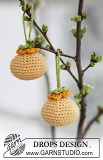 Ravelry: Easter balls with flowers in Safran and Glitter by DROPS design. In Christmas colors,these would be pretty on the tre! Crochet Tree, Crochet Ball, Easter Crochet, Crochet Flowers, Drops Design, Crochet Designs, Crochet Patterns, Fingerless Gloves Crochet Pattern, Magazine Drops