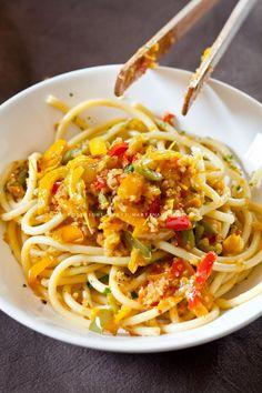 Bucatini ai peperoni e mollica croccante