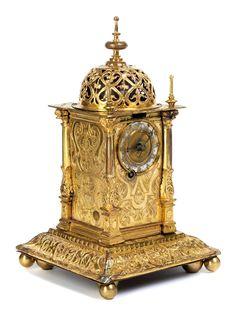 Höhe: 24 cm. Breite: 12 cm. Tiefe: 12 cm. Wohl Augsburg, 17. Jahrhundert und später. WERK Prismenwerk. Kette und Schnecke für Gang- und Stundenschlagwerk....