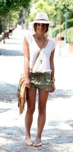Sombrero con shorts para hacer turismo durante el verano #elplanetadelasmarcas.es #welovefashion #veranito #turismo