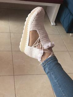 Crochet Sandals, Crochet Boots, Crochet Slippers, Love Crochet, Beautiful Crochet, Crochet Clothes, Crochet Baby, Knit Crochet, Crochet Flip Flops
