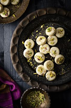 Best ever homemade milk fudge - Malai Peda Indian Dessert Recipes, Healthy Dessert Recipes, Sweets Recipes, Indian Sweets, Sweet Dishes Recipes, Food Dishes, Peda Recipe, Sweets Photography, Comida India