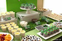 Utiliza grama sintética para decorar las mesas de tu fiesta de fútbol. #FiestaDeFutbol