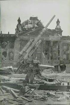 A German 88mm gun located outside the Reichstag in Berlín. 1945.