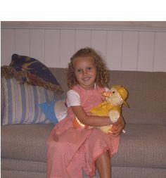 Quando ero una bambina, mi piaceva le bambole. Nella foto con me e' la mia bambola c'e' un'anatra. Avevo sei anni nella foto e giocavo con la mia bambola. Sono cambiata da quando ero piccola perche' non ho giocato con le bambole piu'. La persona chi assomigliavo da bambina e' mia mamma perche' avevamo gli stessi capelli. Il tempo faceva caldo. Sentivo molto felice perche' ho avuto mia bambola. Quel giorno ho giocato fuori. Ero nel basement sul divano.