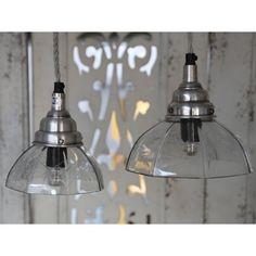 Klosz tej lampy jest szeroki wykonany cały ze szkła ozdobiony gwiazdkami.  Więcej na: www.lawendowykredens.pl