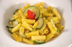 Zucchini und Nudeln, vegan und glutenfrei. Ein typisches Urlaubsessen auf unserem Tisch :-) http://www.umgekocht.de/2016/08/glutenfreie-zucchini-nudelpfanne-vegan/