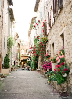 Streets and Flowers of Valbonne France | photography by http://www.kalliebrynn.com/