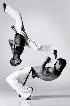 Capoeira, The once secret Brazilian Martial Art, combined with. Informations About Capoeira, The o Parkour, Jiu Jitsu, Karate, Action Posen, Lois Greenfield, Brazilian Martial Arts, Fighting Poses, Mma Fighting, Dynamic Poses