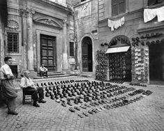 Foto storiche di Roma - Vendita di scarpe davanti Santa Barbara dei Librari, piazza omonima - Via dei Giubbonari Nuova foto inviata da Carlo Grossi