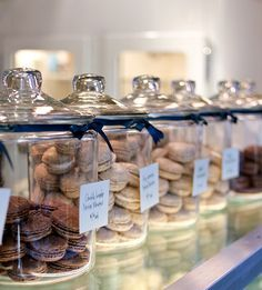 bakery shop Idea: Present the macarons in glass jars/containers to extend freshness. Bakery Decor, Bakery Interior, Bakery Display, Rustic Bakery, Catering Display, Bakery Ideas, Catering Food, Bakery Store, Bakery Cafe