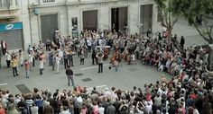On the 130th anniversary of the founding of Banco Sabadell they paid homage to their city with a campaign Som Sabadell (We are Sabadell). They arranged a flash mob featuring the participation of 100 people from the Vallès Symphony Orchestra, the Lieder, Amics de l'Òpera and Coral Belles Arts choirs.