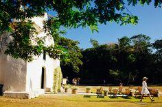 A igrejinha enfeitada para um casamento. Trancoso, Bahia, Brasil.