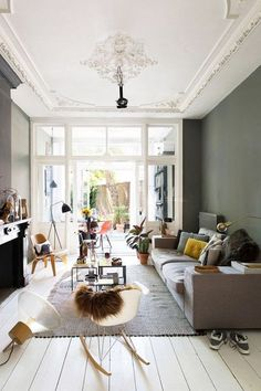 bold wall paint with tall white ceilings with ornate moldings. / sfgirlbybay