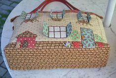 Este bolso que os muestro fué mi primer trabajo cuando comencé con el patchwork. Ahora que lo pienso, en menuda aventura me embarqué, en v...