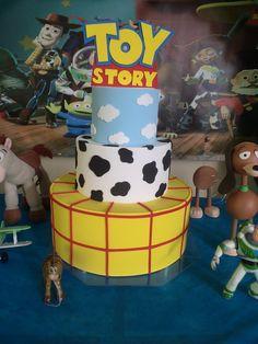 Bolo falso tema Toy Story. O bolo é de 3 andares e confeccionado em eva. R$ 80,00