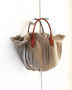 Hand Embroidery Flowers, Recycle Jeans, Beautiful Bags, Handmade Bags, Quilting Projects, Bag Making, Bucket Bag, Straw Bag, Pouch