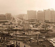 Marszałkowska/Aleje Jerozolimskie. Koniec skrzyżowania, buduje się rondo, które w 1995 roku będzie nosić imię Romana Dmowskiego. Fotografia Jerzego Piaseckiego. Rok 1969.