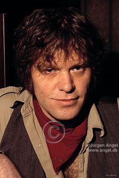 Billede fra http://photos1.blogger.com/blogger/4039/2089/1600/KimLarsenTorkl_06_30x45w.jpg.