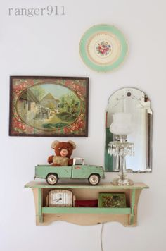 Love the eclectic gallery wall look home гостиная. Vintage Cottage, Green Decor, Vintage Home Decor, Decor, Home, Eclectic Gallery Wall, Vintage Decor, Cottage Chic, Vintage Vignettes
