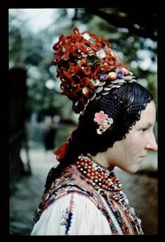 Get a load of the braiding! Romania People, Costumes Around The World, Bridal Crown, Folk Music, Folk Costume, What A Wonderful World, People Of The World, Eastern Europe, Headgear