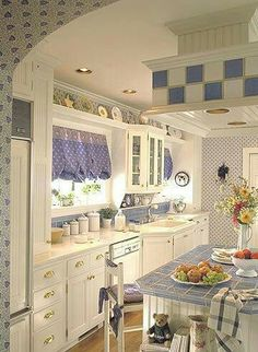 Love the above the window shelf Un peu trop de motifs mais les couleurs sont belles!