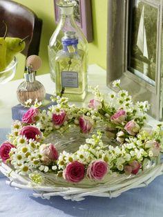 Kamille und Rosen harmonieren als romantischer Blüten-Kranz. Richtet ihn ihn auf dem Glasteller an - das wirkt zart.