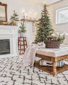holiday Winter house - Cozy And Wonderful Rustic Farmhouse Christmas Decorating Ideas Noel Christmas, Christmas Fashion, All Things Christmas, White Christmas, Christmas Swags, Burlap Christmas, Primitive Christmas, Simple Christmas, Beautiful Christmas