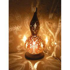 あるとき、知り合いの家で見て初めて知った「ひょうたんランプ」。それは、ひょうたんに模様を彫り、ランプとして仕上げたもの。コロンとした形がすごくかわいくて、灯りを...