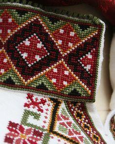 Nydelige beltestakker - sjekk prisen hos Embla bunader i Stavanger. Scandinavian Embroidery, Stavanger, Thread Work, Norway, Sewing Crafts, Oriental, Crafting, Costumes, Blanket