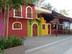 Caminando por #Vallarta podrás encontrar pequeños paisajes urbanos como este. Cada rincón de este poblado protege bellezas admirables. Puerto Vallarta, Trips, Mansions, House Styles, Travel, Design, Cityscapes, World Cultures, Landscape Photos