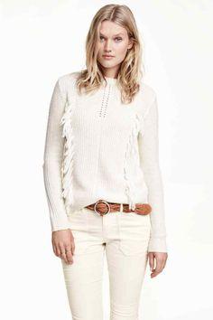Jersey en mezcla de lana: Jersey en punto de diseño de mezcla de lana suave. Flecos decorativos delante y cuello perkins con costuras enrolladas.