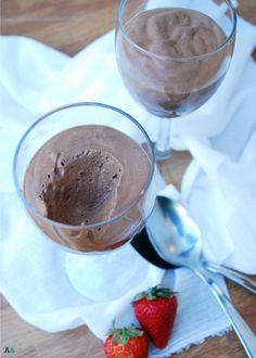 A light, ethereal chocolate mousse that's made with gelatin instead of the traditional egg whites and coconut cream to make it dairy free. So rich and tasty, you'll fool anyone who tries it into thinking it's the classic version. Allergy Free Recipes, Soy Allergy, Egg White Allergy, Peanut Allergy, Nut Allergies, Gluten Free Chocolate, Peanut Tree, Clean Eating Snacks, Safe Food