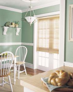 pastellgrüne Wandfarbe und Stuckleisten im Landhaus