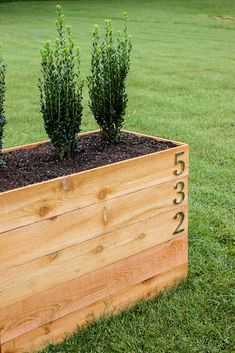 DIY Cedar Planter Box Plans with SnapFence Build a custom planter box to display your house numbers and give your home some curb appeal. Use these DIY cedar planter box plans to do it in a weekend! Large Wooden Planters, Large Planter Boxes, Outdoor Planter Boxes, Diy Wood Planters, Large Outdoor Planters, Planter Box Plans, Raised Planter Boxes, Cedar Planter Box, Diy Planter Box