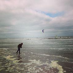 Zantvoort, voorjaar 2013, Floris aan een koud strand met kitesurfers, op zoek naar oorkwallen