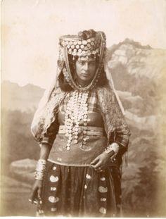 Algérie, femme Ouled Naïd vintage albumen print. Tirage albuminé 20x25